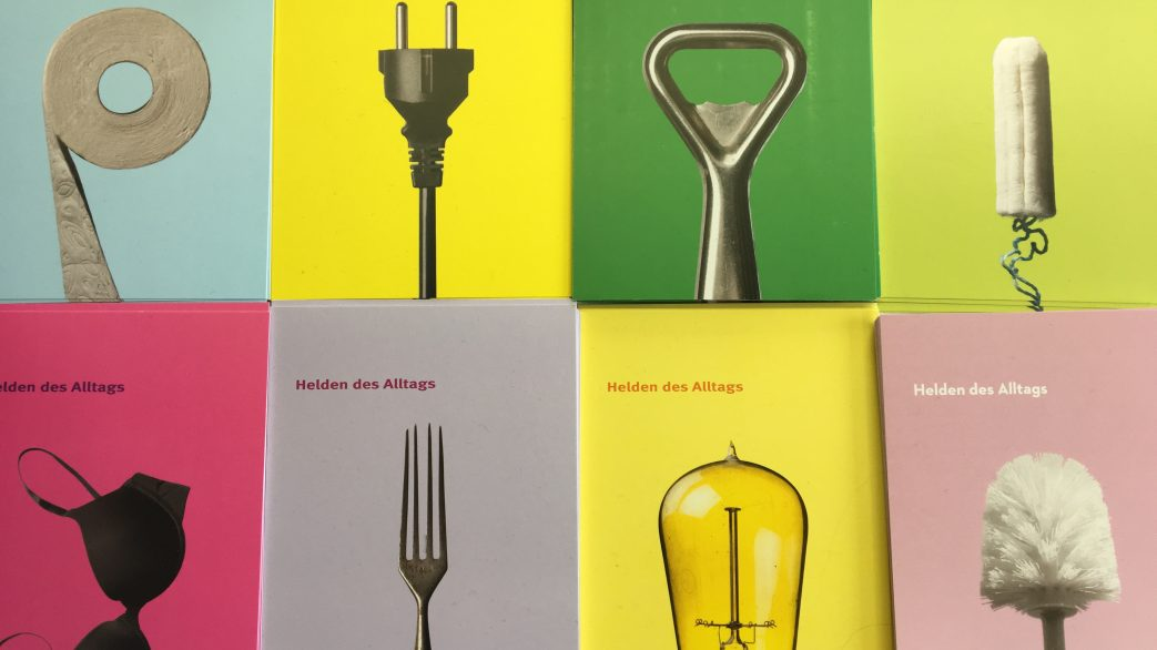 Vier Ansichtskarten mit Abbildungen einer Klorolle, Stromstecker, Flaschenöffner, Tampon, BH, Gabel, Glühbirne und Klobürste