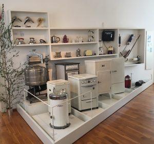 Ein große Auswahl an Küchengeräten, Backöfen, Washcmaschinen und Kühlschränke.