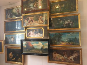 Eine Wand voll mit Bilder in waagrechtem Format, die hauptsächlich über Schlafzimmerbetten aufgehängt wurden.